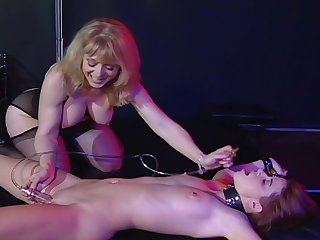 Nina Hartley Takes Provide with Of Sarah Blake And Plays Her Hard