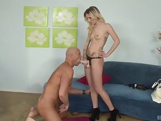 Dominant wife makes her man obey forth the stiff strap-on