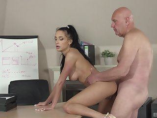 Slender hottie Nicole Love gives rosiness up thither an older man at the office