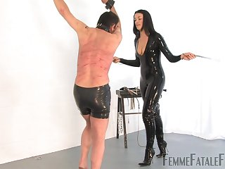 Latex old bag The Hunteress tortures her misdirect slave with vilifying spanking