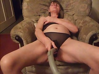 This hideous housewife likes to use a vacuum handle during her solo sessions