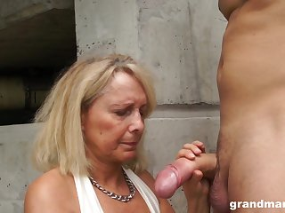 Dirty granny drops out of reach of her knees to give head together with rides like a pro