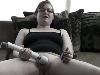 I would love to own this webcam model's pussy and this slut loves her toy