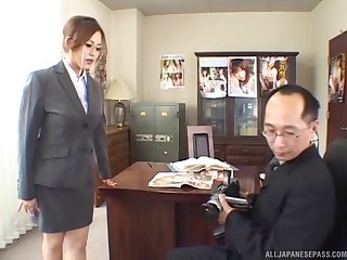 Secretary Yui Aoyama drops at bottom her knees to pleasure her boss