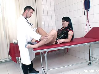 Deep fucking a MILF exposed to the table